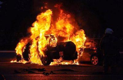 Ночью в Кузбассе полыхали два легковых авто и грузовик