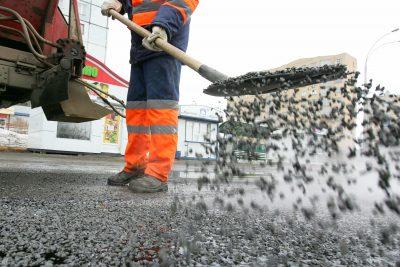 В Новокузнецке начали латать ямы на дорогах