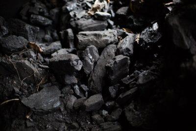 На кузбасском предприятии рабочего насмерть засыпало углём