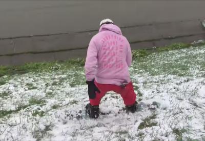 Видео: в майский снегопад кемеровчанин прокатился на сноуборде по набережной, чтобы хайпануть