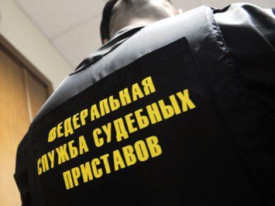В Кузбассе должник по алиментам прятался от приставов в шкафу