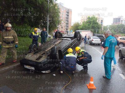 В центре Кемерова Lada Priora врезалась в три автомобиля и перевернулась