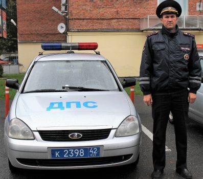 В Кузбассе сотрудник ГИБДД спас из горящего дома человека