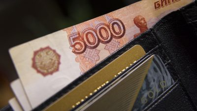 В Кузбассе директор школы платила зарплату фиктивным работникам