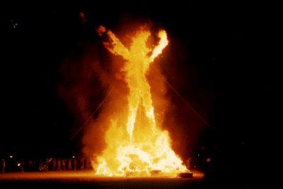 В США участник фестиваля Burning Man вбежал в гигантский костёр и погиб