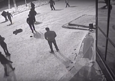 В Кузбассе убийство возле торгового центра попало на видео