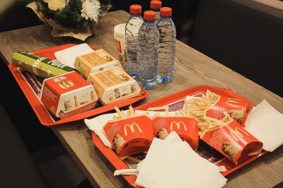 В нескольких ресторанах «Макдоналдс» в Москве появились официанты