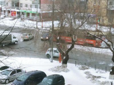 В Кемерове трамвай протаранил автомобиль такси