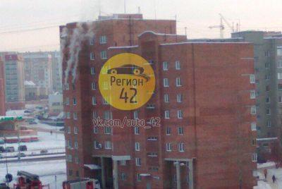 В Кемерове горит квартира в многоэтажном доме