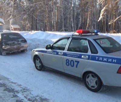 В Кузбассе экипаж ГИБДД не дал замёрзнуть на трассе путешественникам и водителю загоревшейся фуры