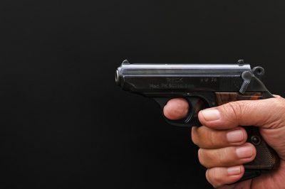В США помощник шерифа застрелил подростка во время слушания в суде