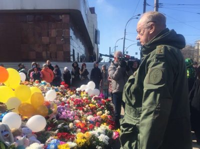 Глава Следкома возложил цветы к народному мемориалу возле сгоревшей «Зимней вишни»