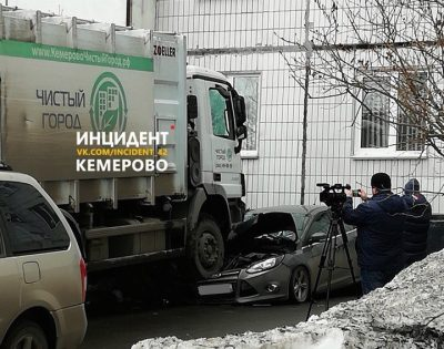 В Кемерове мусоровоз «припарковался» на Ford, опубликовано фото последствий ДТП