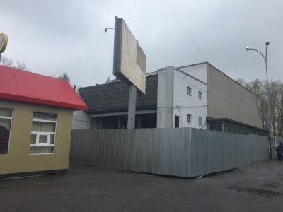 Рабочие демонтировали облицовку фасада здания кинотеатра «Юбилейный» в Кемерове