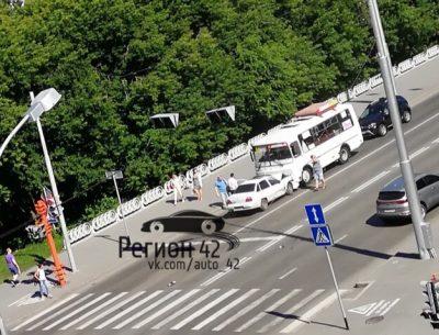 В Кемерове на Университетском мосту лоб в лоб столкнулись «легковушка» и маршрутка