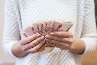 Кемеровчанка пригласила новую знакомую в гости и лишилась 54 000 рублей