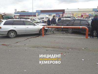 В ГИБДД рассказали обстоятельства ДТП с шестью авто на парковке рынка в Кемерове