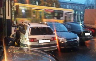 «Собрал семь машин»: в центре Кемерова троллейбус устроил массовое ДТП (видео)