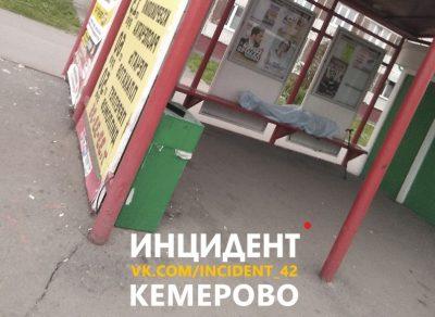 В Ленинском районе Кемерова на остановке умерла женщина