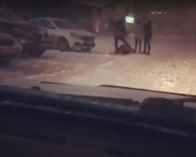 Видео: возле кемеровского бара неизвестные избили парня