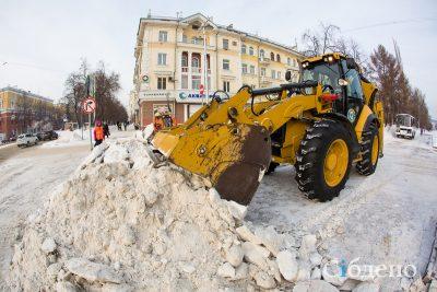 Расчищать Кемерово от снега вышли 137 единиц техники