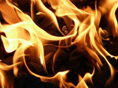 В Кузбассе сгорели легковушка и микроавтобус