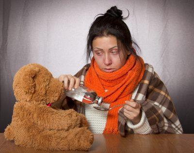 На минувшей неделе в Кузбассе зарегистрировано 14 544 случая заболевания ОРВИ. Как сообщили в Роспотребнадзоре по Кемеровской области, по сравнению с предыдущей неделей количество больных увеличилось на 30,2%. При этом заболеваемость ниже эпидемического порога на 14,4%. «С признаками ОРВИ госпитализировано 299 человек, в том числе 277 детей. В рамках лабораторного мониторинга за циркуляцией среди населения респираторных вирусов за неделю в Кузбассе обследовано 113 больных ОРВИ. Этиологическая причина заболевания установлена у 21 больного – 18,6 % от числа обследованных», - рассказали в областном Роспотребназоре. В ведомстве также отметили, что по состоянию на 19 ноября в Кузбассе привито 45,6% от численности населения. Чтобы уберечь себя от болезни, специалисты рекомендуют поставить прививку, а также чаще бывать на свежем воздухе и ежедневно проветривать помещение, в котором находитесь, есть больше белковых продуктов и фрукты и ягоды, содержащие витамин С.