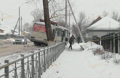 Фото: в Кемерове маршрутка вылетела в кювет и снесла дорожный знак