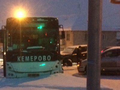 Фото: в Кемерове легковушка протаранила автобус