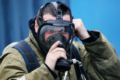 В Новокузнецке 15 человек спасали мужчину на пожаре