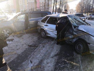 Фото: в Кемерове столкнулись легковушки, есть пострадавший