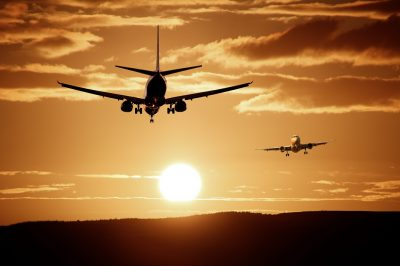 Блогерша из Новосибирска рассказала о заклеенной скотчем дырке в самолёте