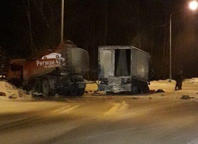 Фото страшной аварии: в Кузбассе столкнулись два грузовика, есть погибшие