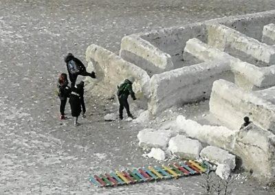 Фото: в Кузбассе вандалы помогли мэрии демонтировать снежный городок