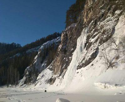 «Небывалое зрелище»: замёрзший кузбасский водопад сняли на видео