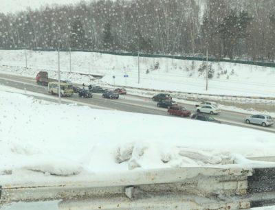 Фото: в Кемерове легковушки раскидало по дороге после страшного ДТП