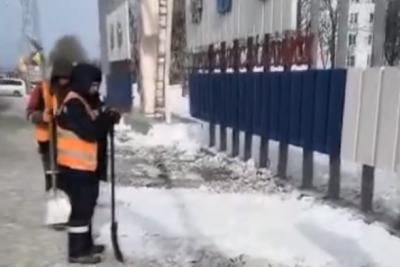 Видео: рабочих заставили закидывать грязный снег чистым