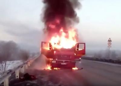 Видео: в Кузбассе на трассе сгорел грузовик с углём