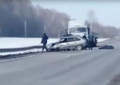 Машина всмятку: видео страшного ДТП на кузбасской трассе