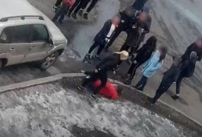В Новокузнецке разборки школьников попали на видео