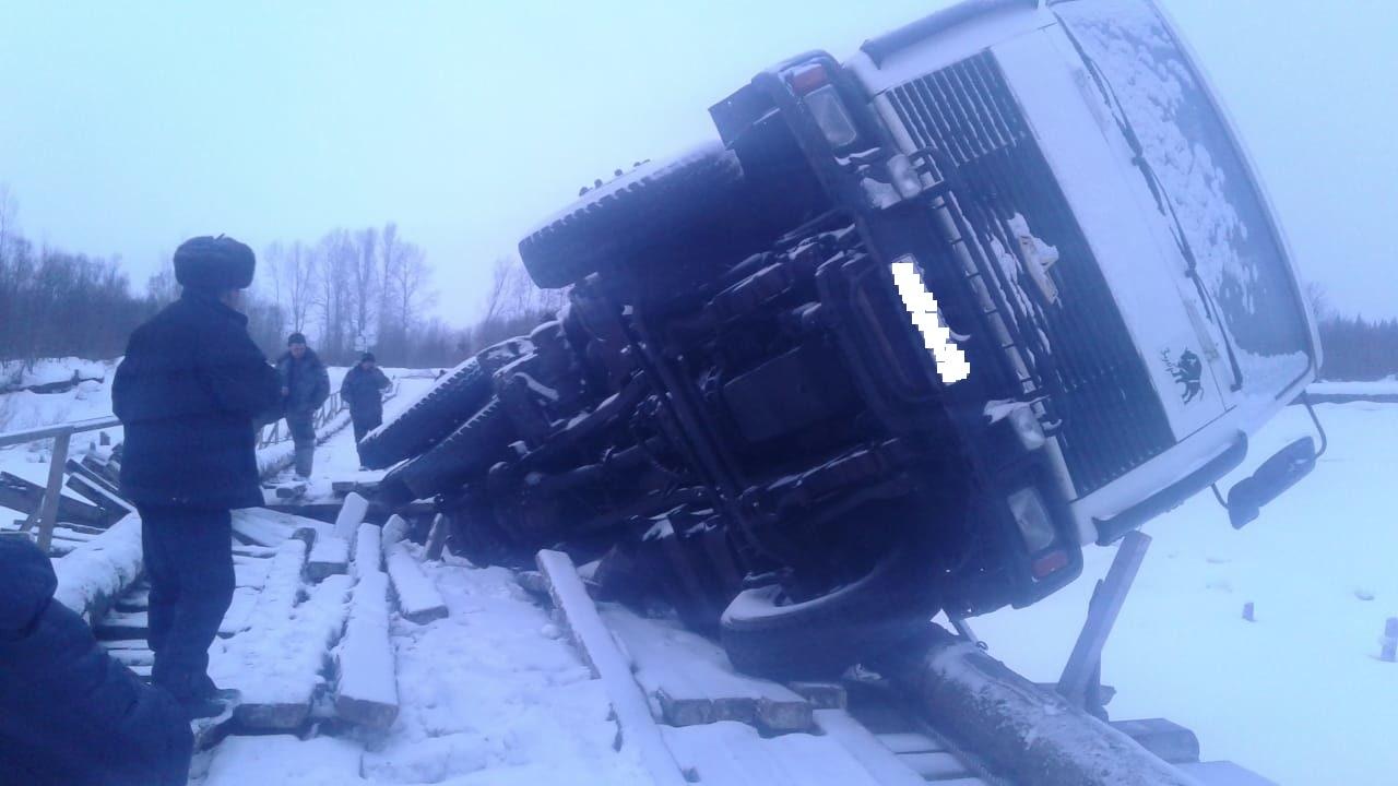Фото: грузовик разрушил мост в Кузбассе