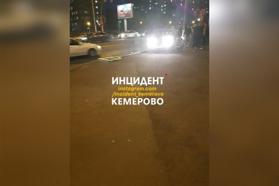 Фото: в Кемерове легковушка снесла знак