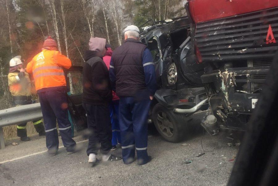 В Кузбассе после ДТП расплющило машину: подробности страшной аварии