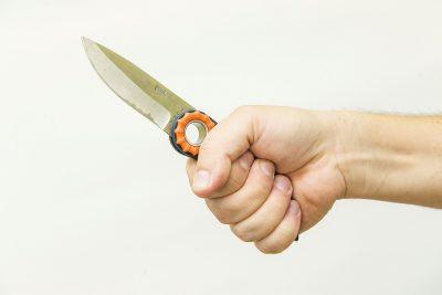 Мужчина жестоко изрезал кемеровчанина во дворе дома