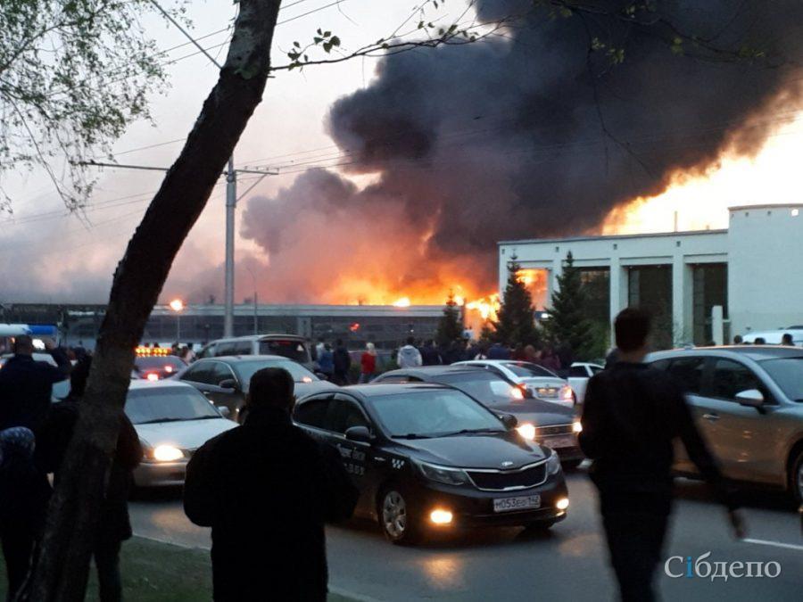Новые видео страшного пожара в крупном автосалоне в центре Кемерова