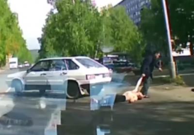 Видео: автомобилист одним ударом вырубил мужчину на дороге и скрылся