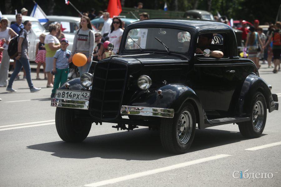 Фото, видео: в Кемерове проходит выставка ретроавтомобилей