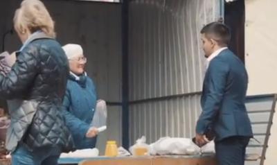 Кемеровский блогер скупил у бабушек на улице зелень, чтобы они «шли домой отдыхать»