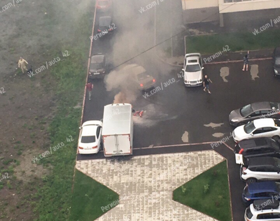 Видео: во дворе кемеровской многоэтажки полыхала машина