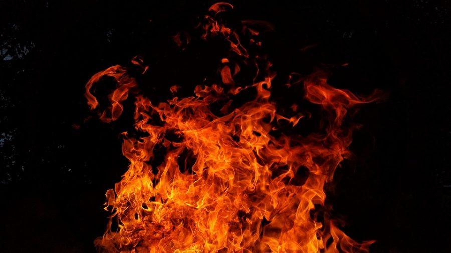 Ночью в Кузбассе на парковке сгорели сразу три авто